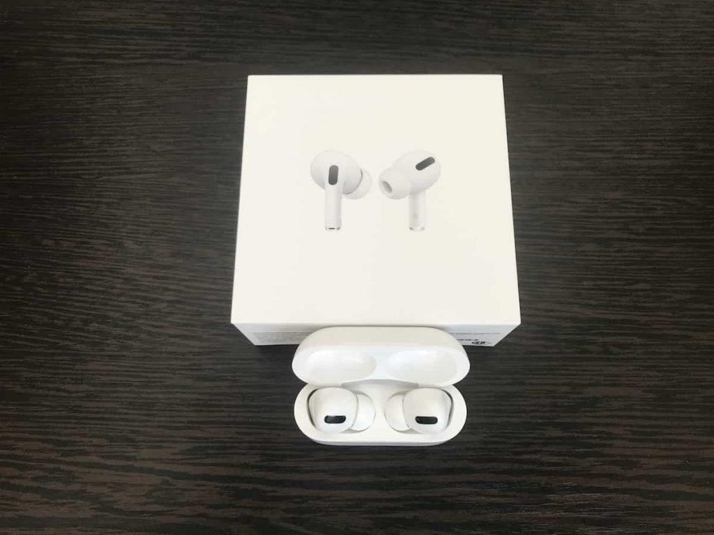 Кейс та навушники AirPods Pro погляд з верху фото