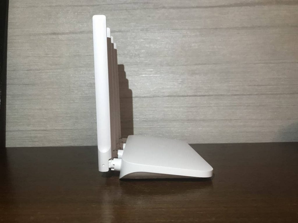 Ліва сторона роутеру Xiaomi Mi WiFi Router 4a