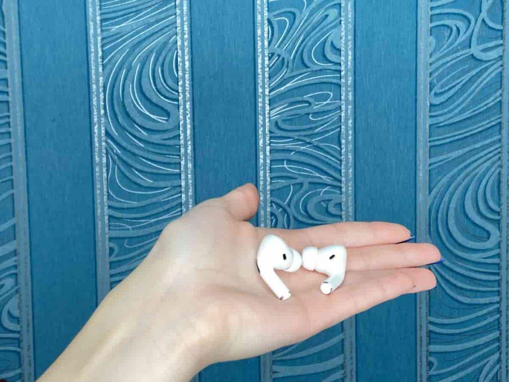 Навушники AirPods Pro на лодоні фото