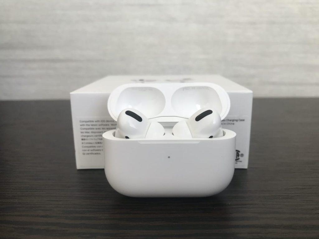 авушники AirPods Pro на столі в кейсі фото
