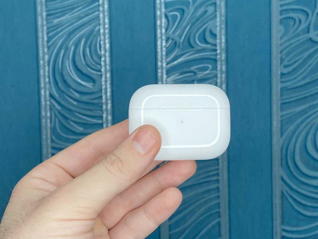Навушники AirPods Pro на фоні стіни фото