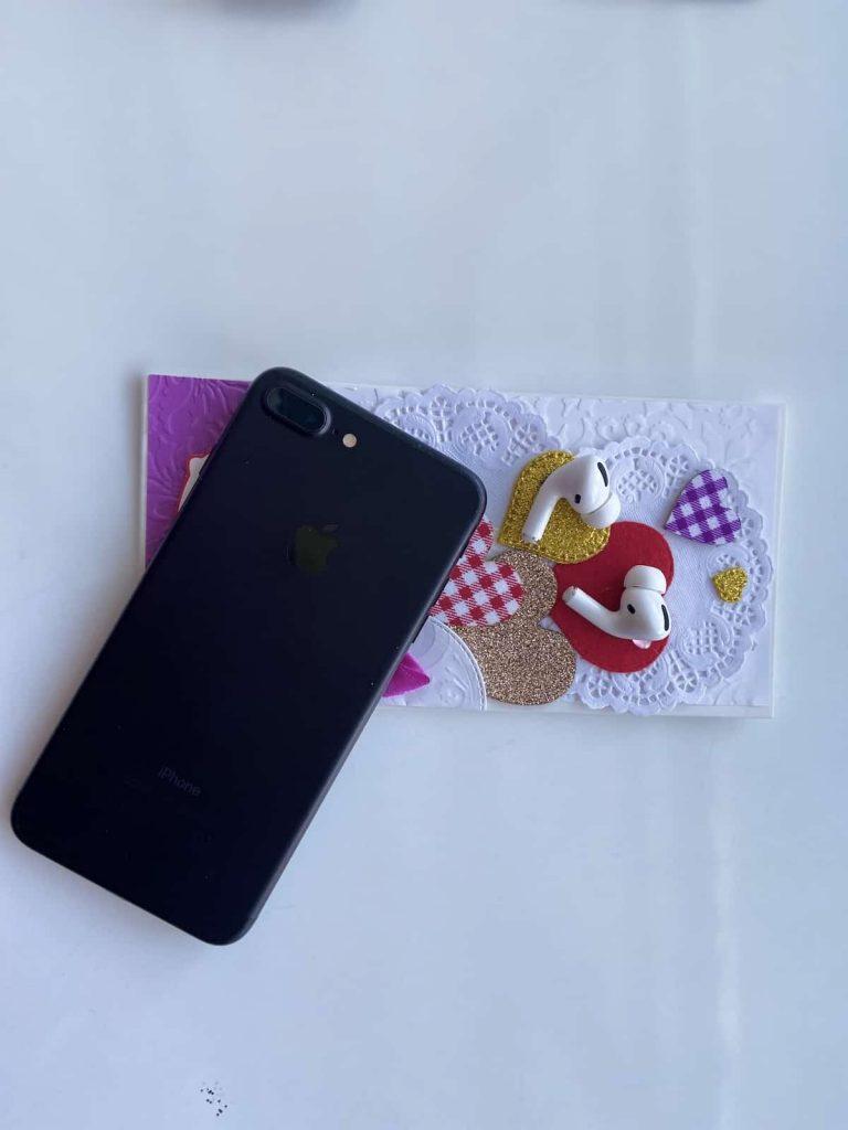 AirPods Pro біля iPhone 7 Plus фото